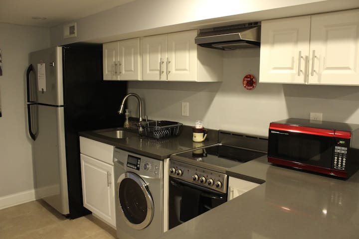 Private 1 BR apartment with free parking & kitchen