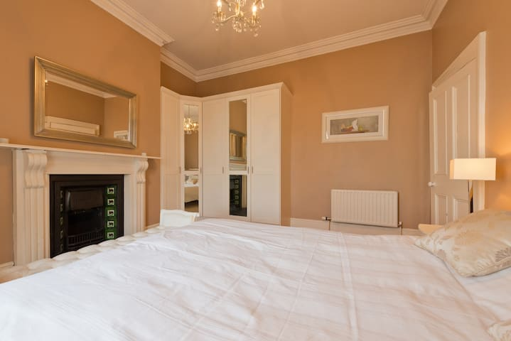 King Size Room in Luxury Victorian home, Dublin 4