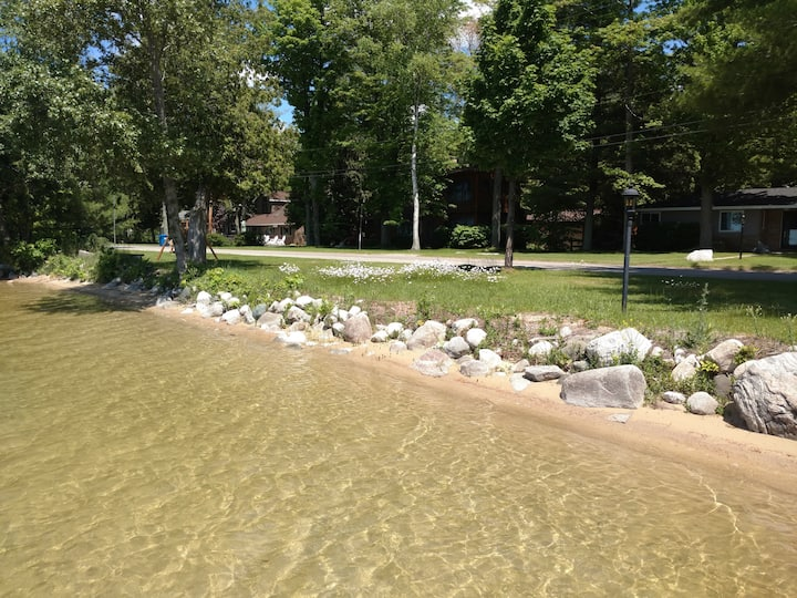 Adorable Bear Lake Cottage with private dock!