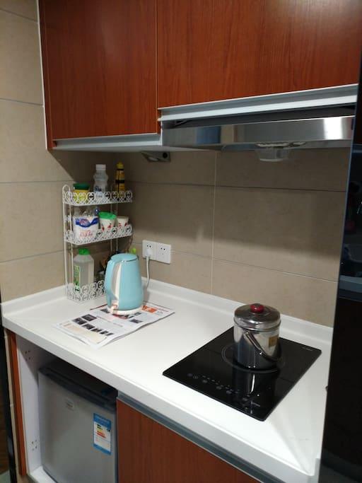 备冰箱,和電磁炉,可簡單煮食