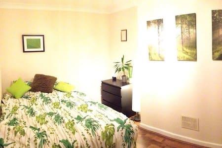 Quiet and spacious bedroom in Clapham - Lontoo - Huoneisto