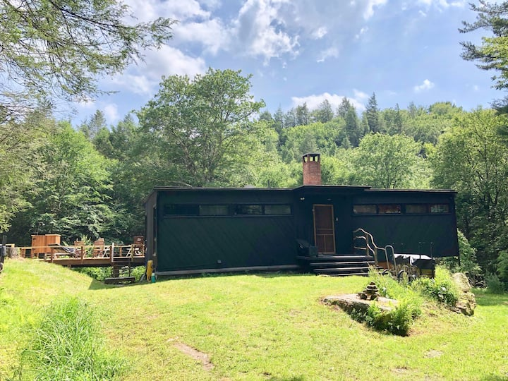 Apple Creek - very private mid-century on 12 acres