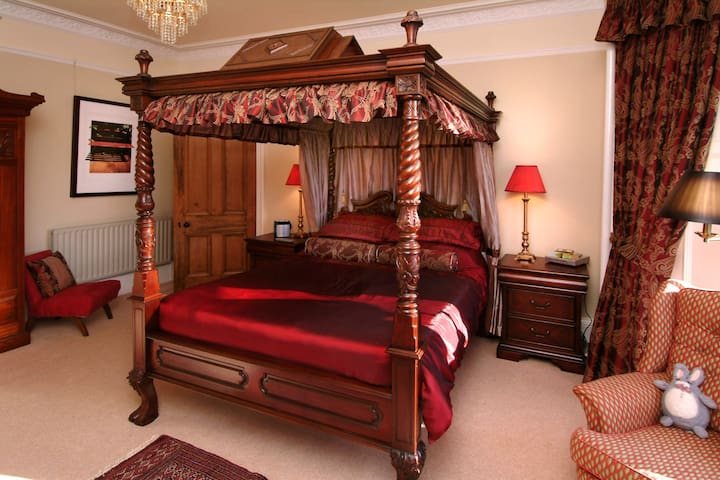 Four-poster bed with separate private bathroom - Falkirk