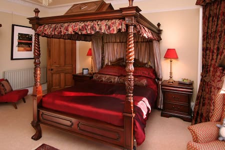 Four-poster bed with separate private bathroom - Falkirk - House