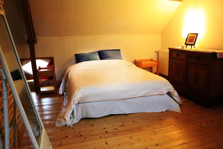 Grande chambre avec un lit très confortable