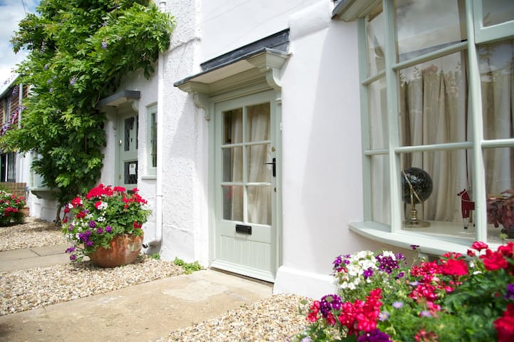 Cosy Grade II Listed Cottage in Historic Ripley