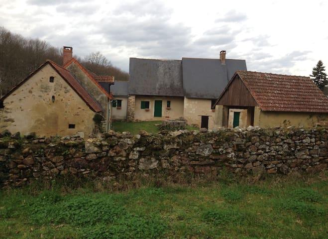Authentique maison isolée à l'entrée du bois - Baugé-en-Anjou