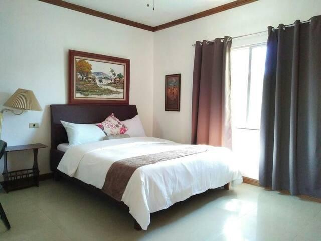 Lakeside room with swimming pool & breakfast