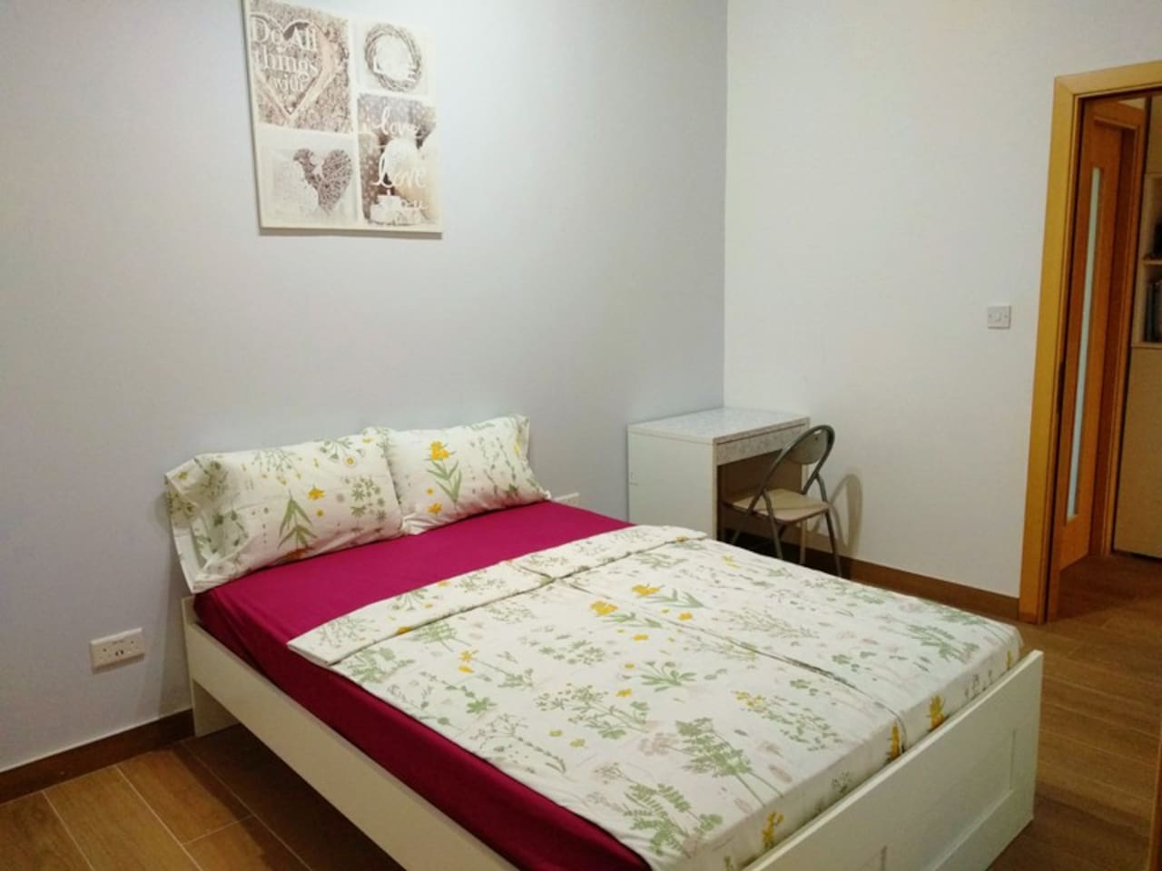 Charming, quiet, bright ensuite double-bedroom with A/C, fast wi-fi and private bathroom The room has lots of natural light. The apartment is located in San Gwann which is a residential area without crazy traffic, 20 minute walk to the beach.