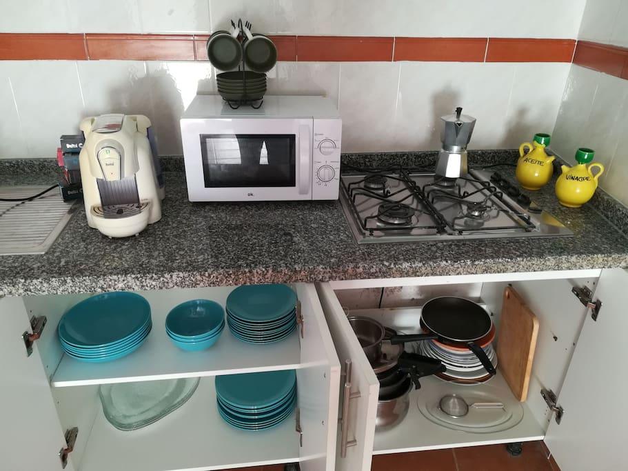 Cocina, equipada, microondas, cafetera, fogón, cubertería, vajilla, calderos, sartenes etc