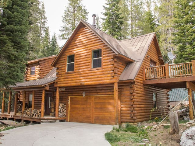 Log Cabin in the Woodlands...with a hot tub!