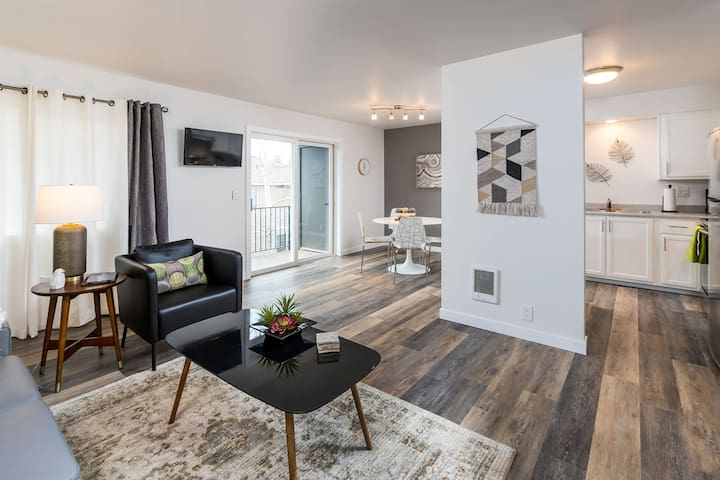 Newly Remodeled, Professionally Decorated, Laundry in-unit! 1st floor