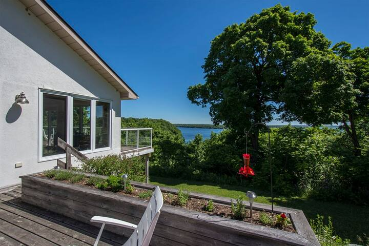 Executive Home with expansive views over the Lake - Prince Edward