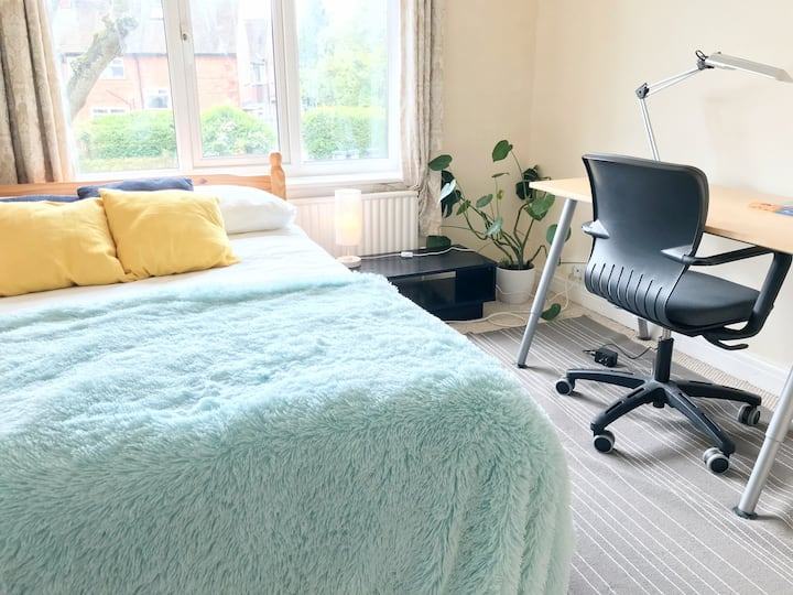 Sunny double room close to Uni and QE