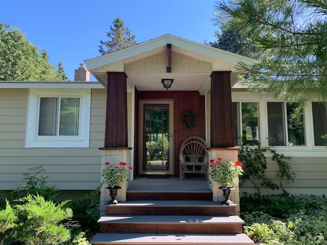 Classic Downtown Charlevoix Cottage
