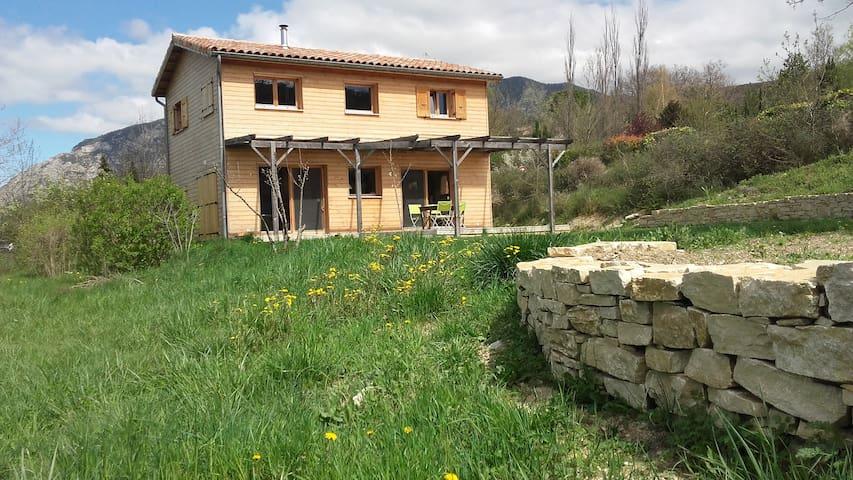 Maison bois, soleil et nature.