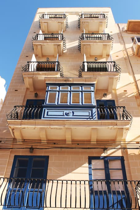 Facade of the building (typical maltese building with 'galleria' balcony!
