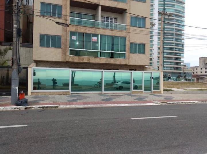 Apto aconchegante em prédio de frente pra o mar