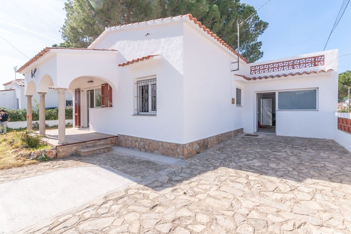 Lovely Holiday Home in l'Escala with Fenced Garden