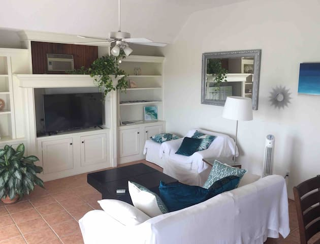 Comfortable main living area with Cable TV, games and Wifi