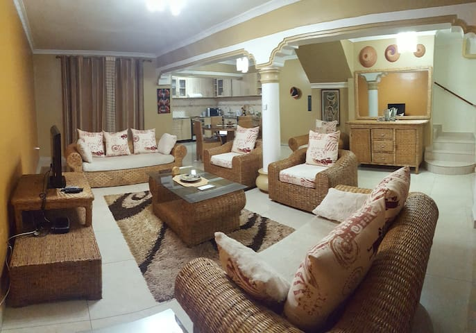 Queen room in spacious house in hip neighborhood - Kigali - House