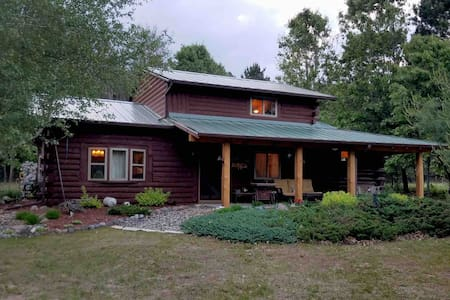True Log Cabin Montello 1/2 hr to WI Dells on 10ac