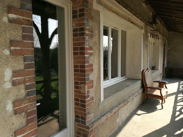 Chambre privée avec salon/salle de musique - Paron - House