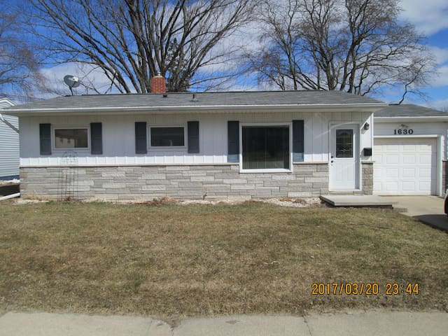 Great home less than 1/2 mile from Lambeau field. - Green Bay - Haus