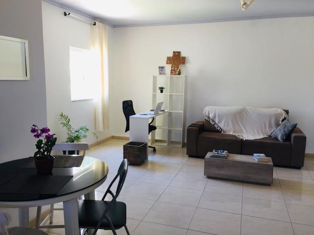Apartamento 05 com Ar e Varanda Vilas Mobiliado