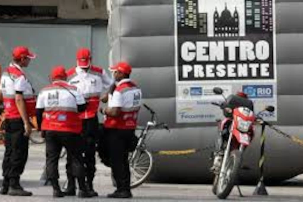 As Operações Centro Presente, Lapa Presente e Aterro Presente, que são grupos de policiais circulando a pé, de motocicletas e bicicletas tornou o Centro do Rio uma região bem segura.