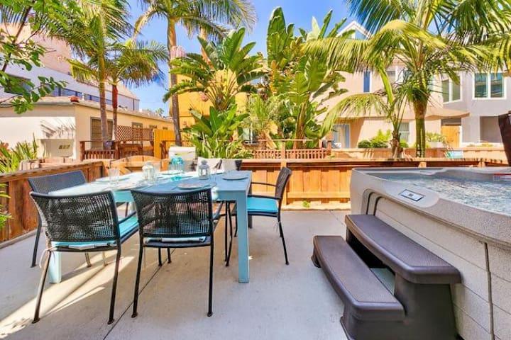 20% OFF AUG - Beach Chic Getaway w/ Hot Tub, Steps to Beach,Bay+Dining