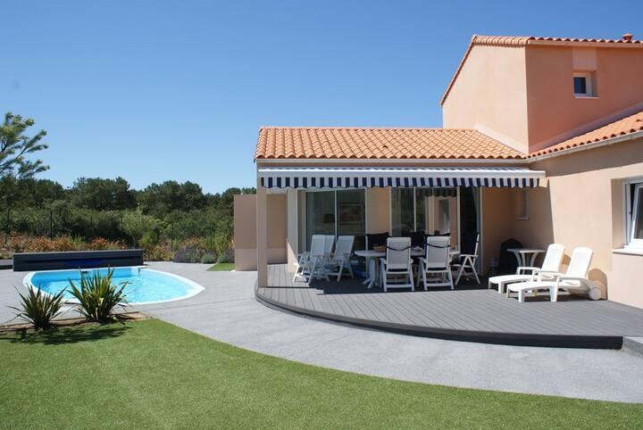 Ruime vrijliggende villa met zwembad