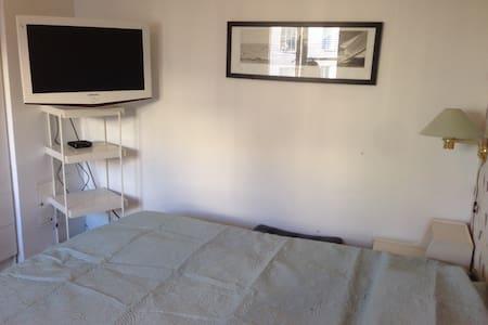 Rum med dubbelsäng i närförort - Solna