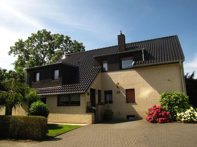 Kleine abgeschlossene Wohnung (38 qm) - Krefeld - Apartamento