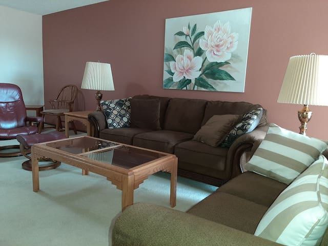 Lovely Condo, by shops, golf, cafes, age 55+ place