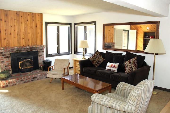 Wildflower Mammoth Condo #29, Pet Friendly 1 Bed 1Bath, Central to Town and Green Line Shuttle to Lifts