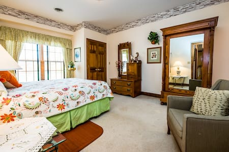 Blue Jay Manor B&B - Augustine Room - Michigan City - Bed & Breakfast