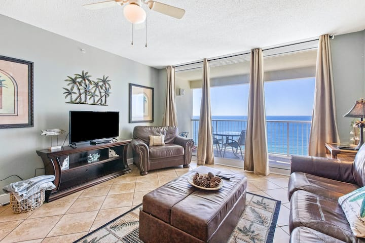 19th floor oceanfront condo w/ shared pool & hot tub, and high-speed WiFi
