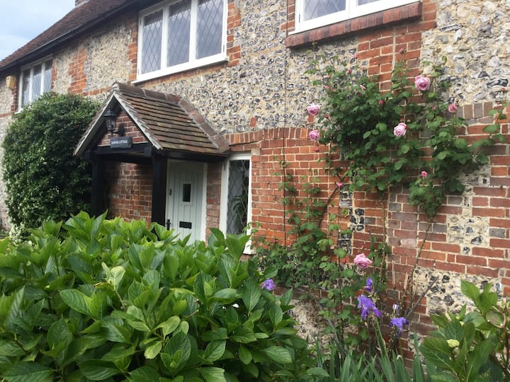 Cosy flint cottage near Goodwood