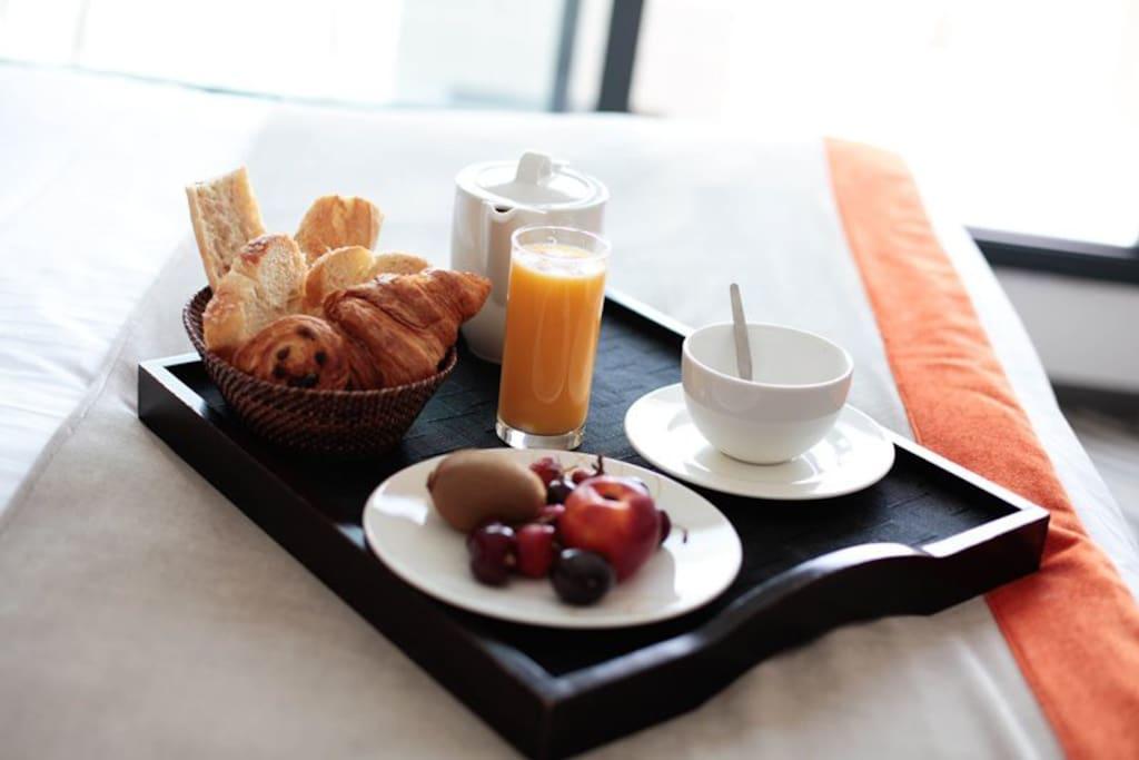 Petit déjeuner continental en chambre ou sous forme de buffet au salon