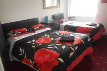 twin room (self check in) - Holyhead - Casa