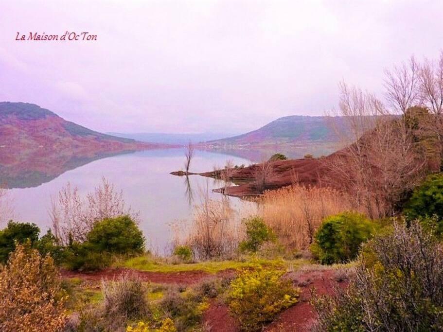 Lac du Salagou et ses eaux de baignade et d'activités nautiques. Multiples criques accessibles et paisibles.