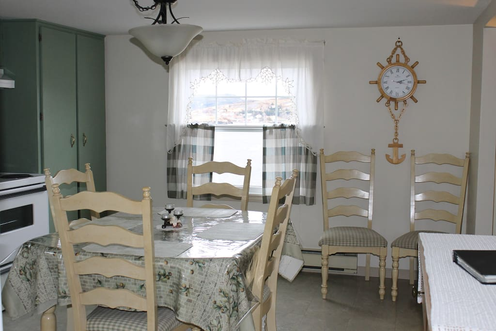 kitchen sits 6 persons comfortably