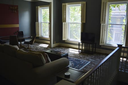 The Penthouse - 1869 Tranquil Downtown Apartment - Evansville