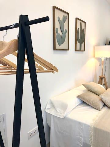 DORMITORIO Cama matrimonial, armario a vista y bajour de madera