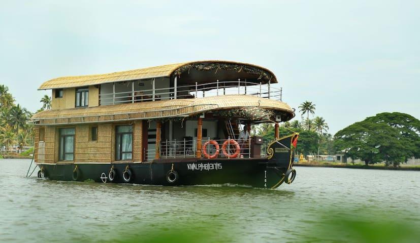 Traditional kerala luxury Houseboat 6000 per room