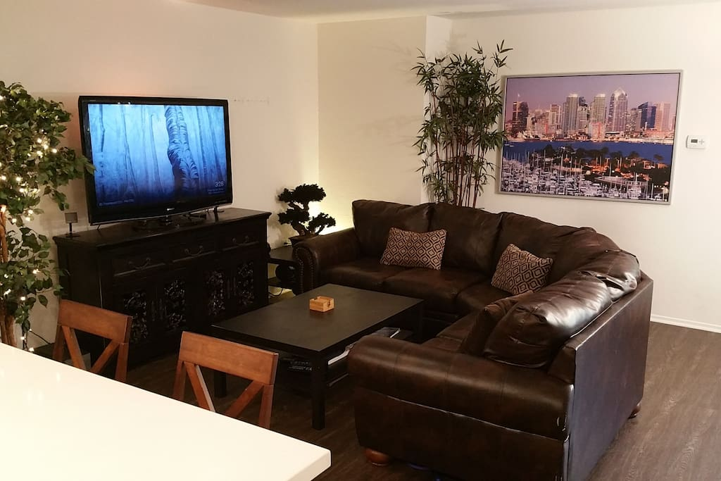 """52"""" hdtv, coffee table, hd cable, high speed wifi"""