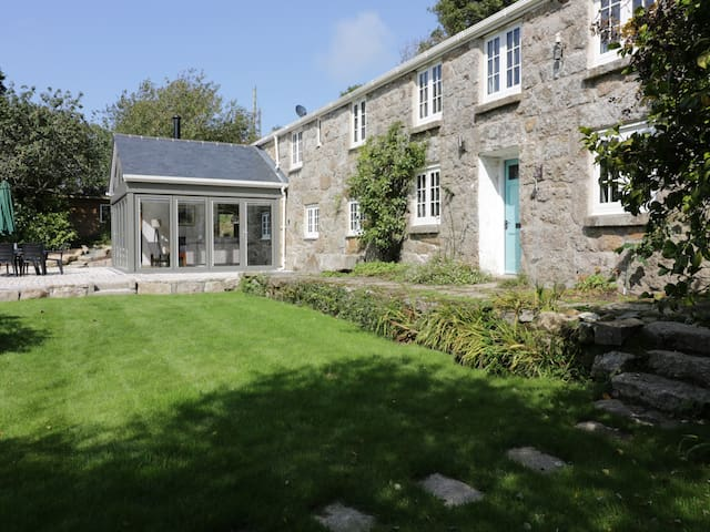 ROS VALE, pet friendly, with open fire in St Buryan, Ref 953751
