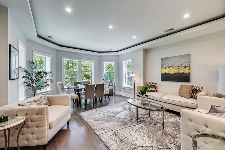 Beautiful modern 3bed 2bath home w/parking & yard