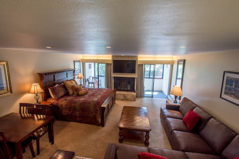 Ski-in/Ski-Out studio with king bed. Complimentary WiFi, covered parking.